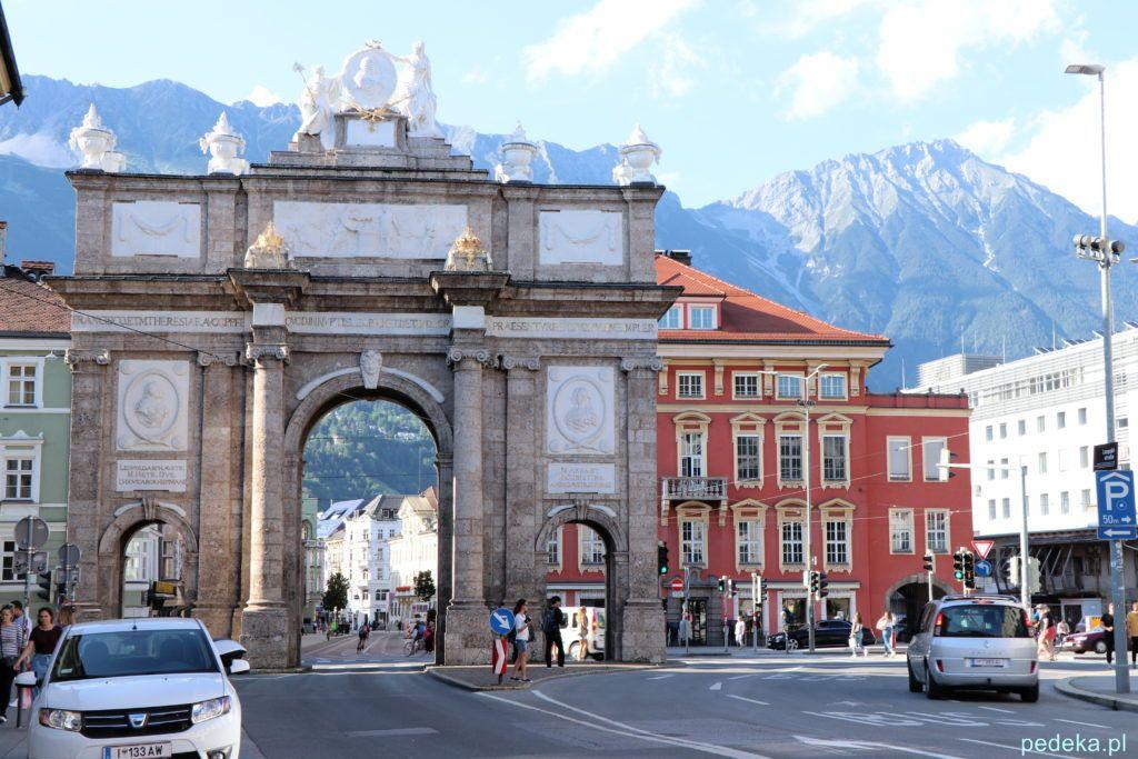 Innsbruck. Łuk Triumfalny i góry