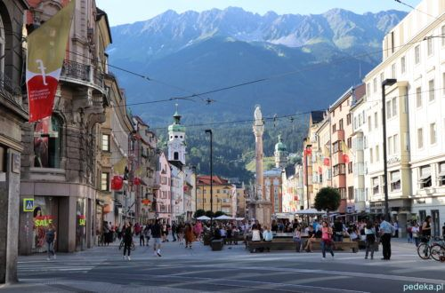 Innsbruck. Kolumna św. Anny na tle gór