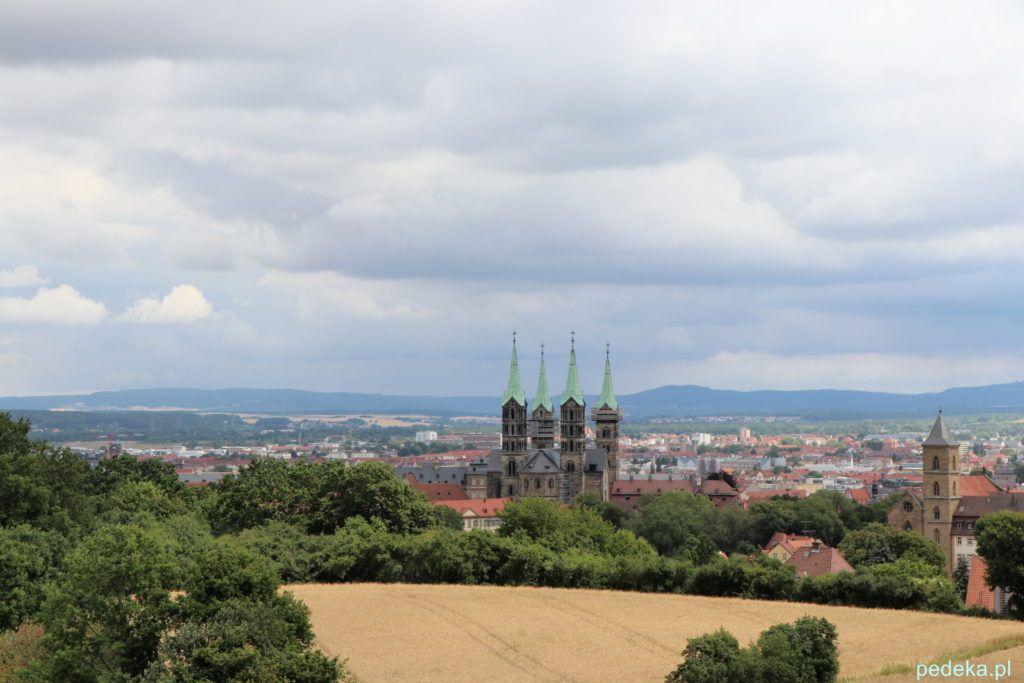 Bamberg. Cztery wieże katedry widoczne z drogi do Alterburg