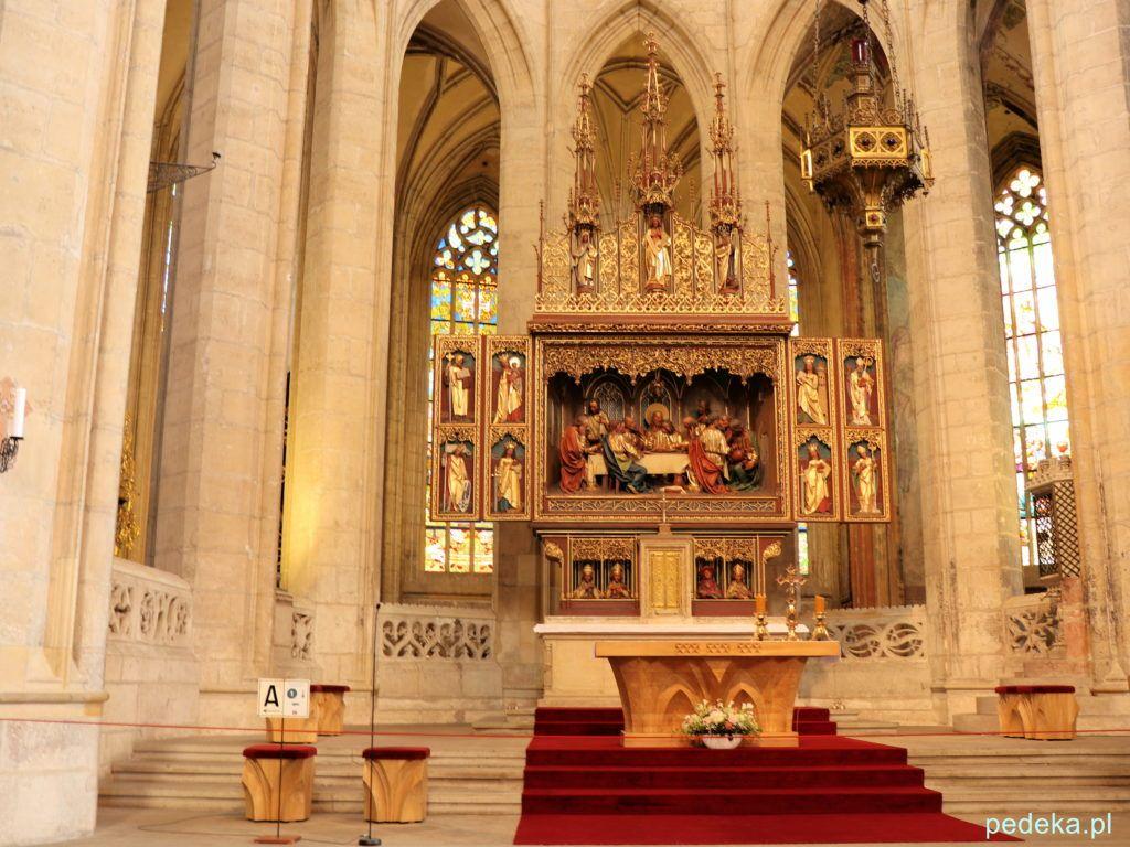 Neogotycki ołtarz w kościele św. Barbary
