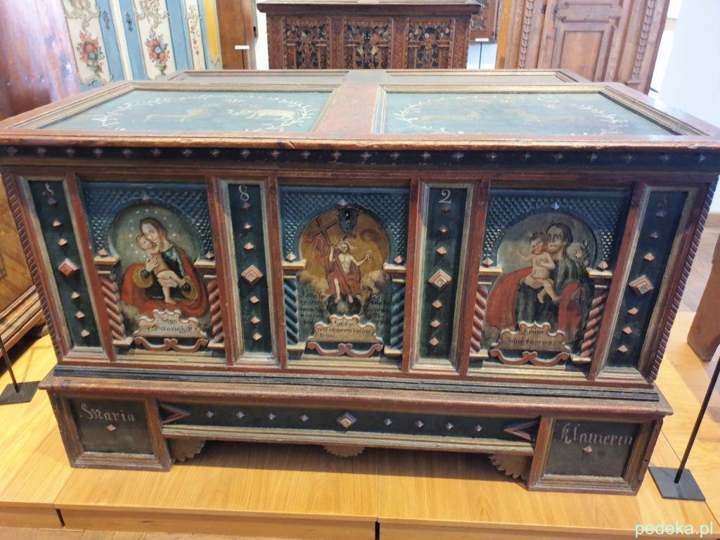 Dekoracyjna skrzynia w Tyrolskim Muzeum Sztuki Ludowej