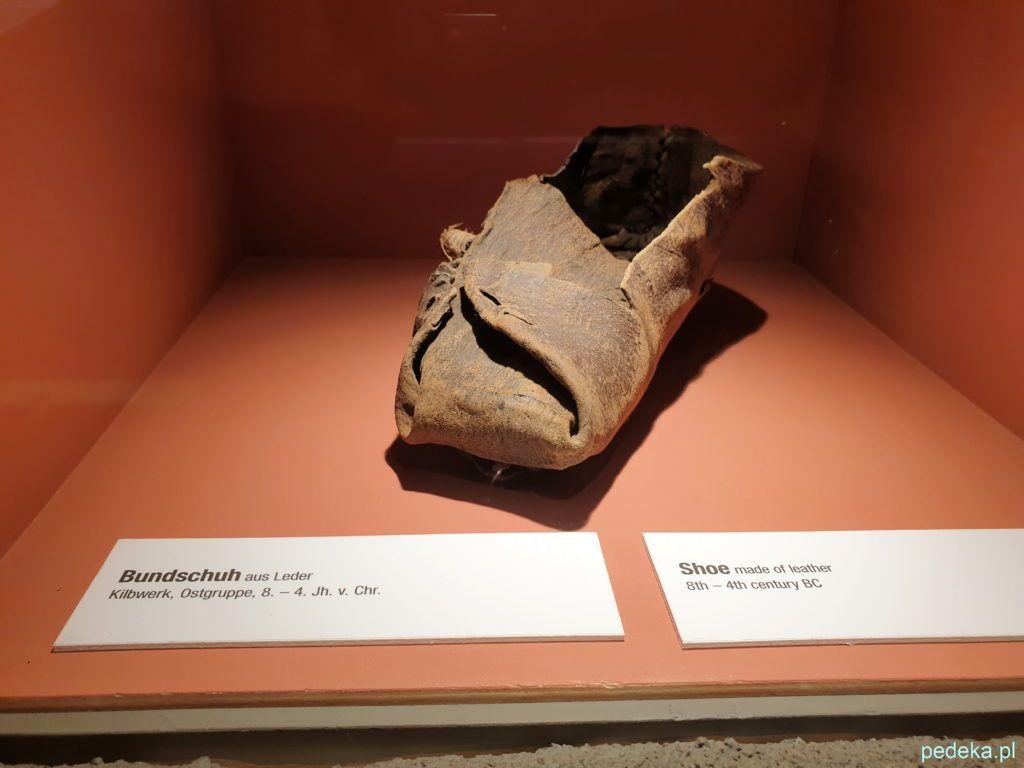 Muzeum w Hallstatt. But odnaleziony w wykopaliskach.