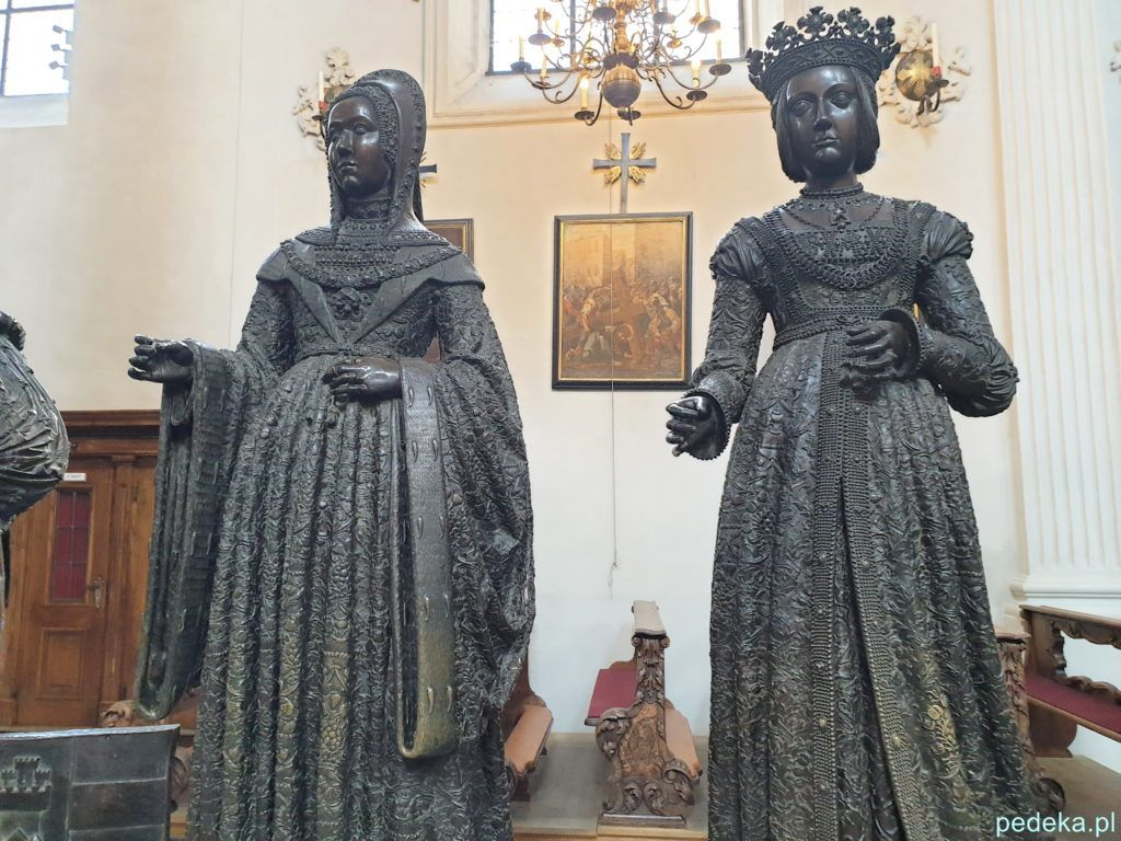 Innsbruck. Rzeźby kobiet stojące przy grobowcu