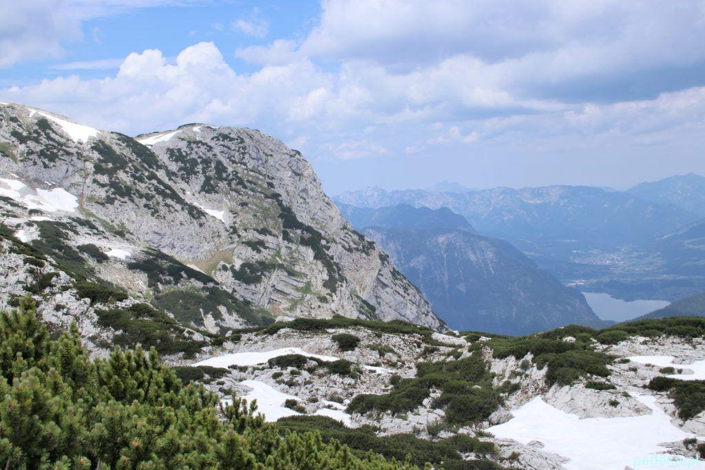 Dachstein Krippenstein. Widok ze ścieżki na góry i jezioro