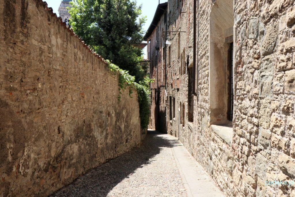 Bergamo górne miasto. Klimatyczna wąska uliczka