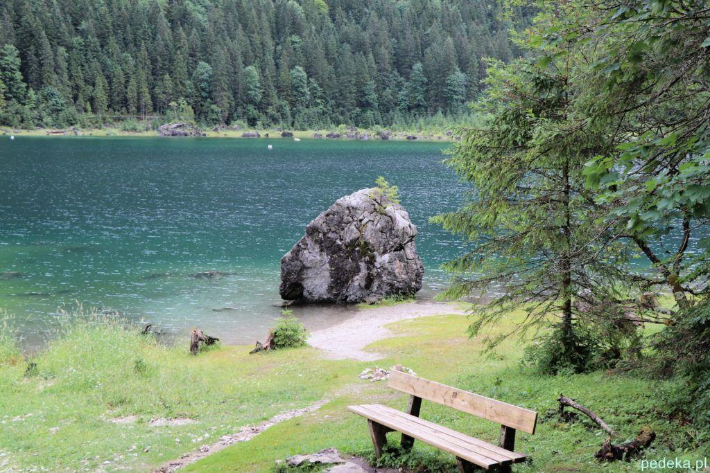 Wielki kamień w jeziorze