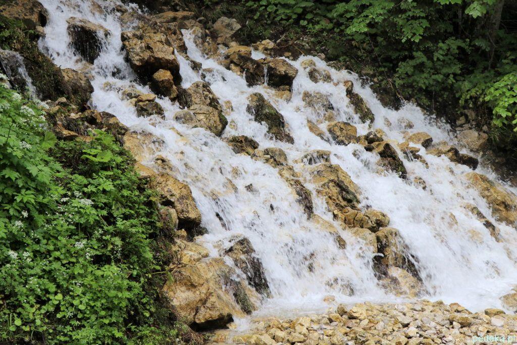 Kolejny wodospad zmierzający do jeziora