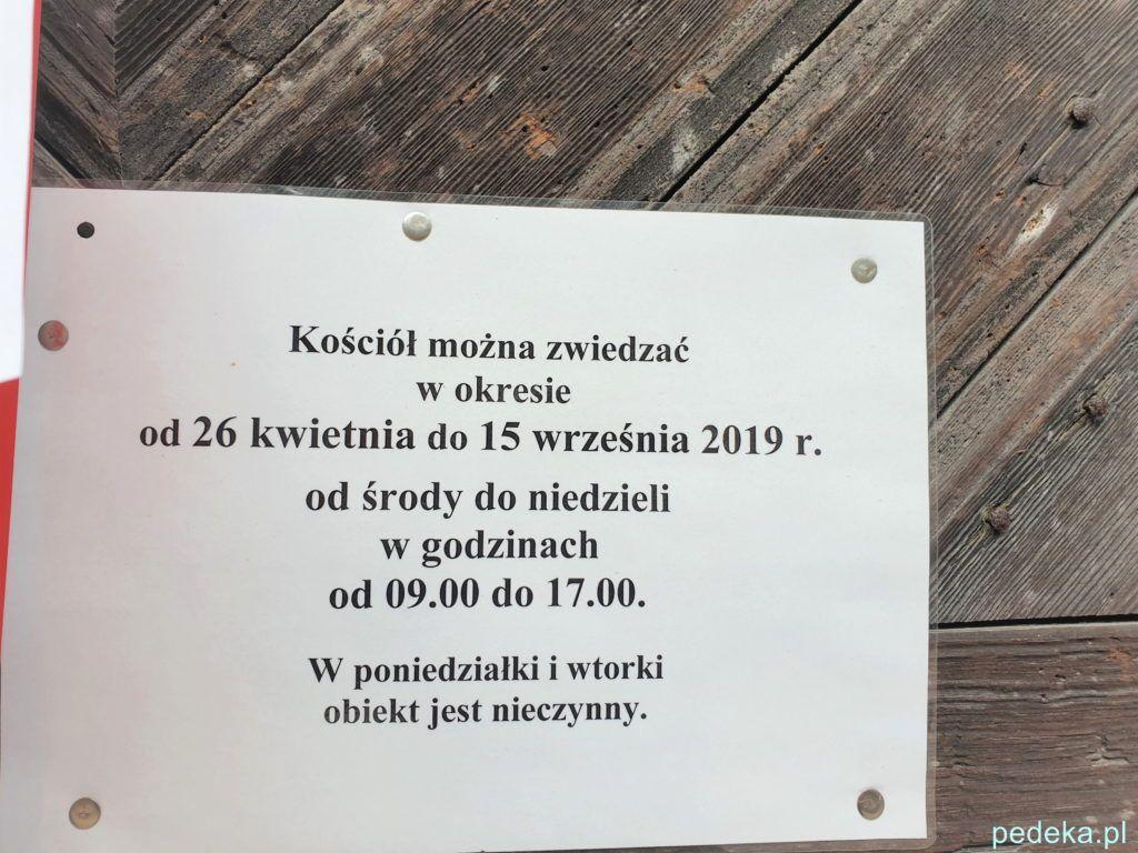 Kartka na drzwiach zamkniętego kościoła