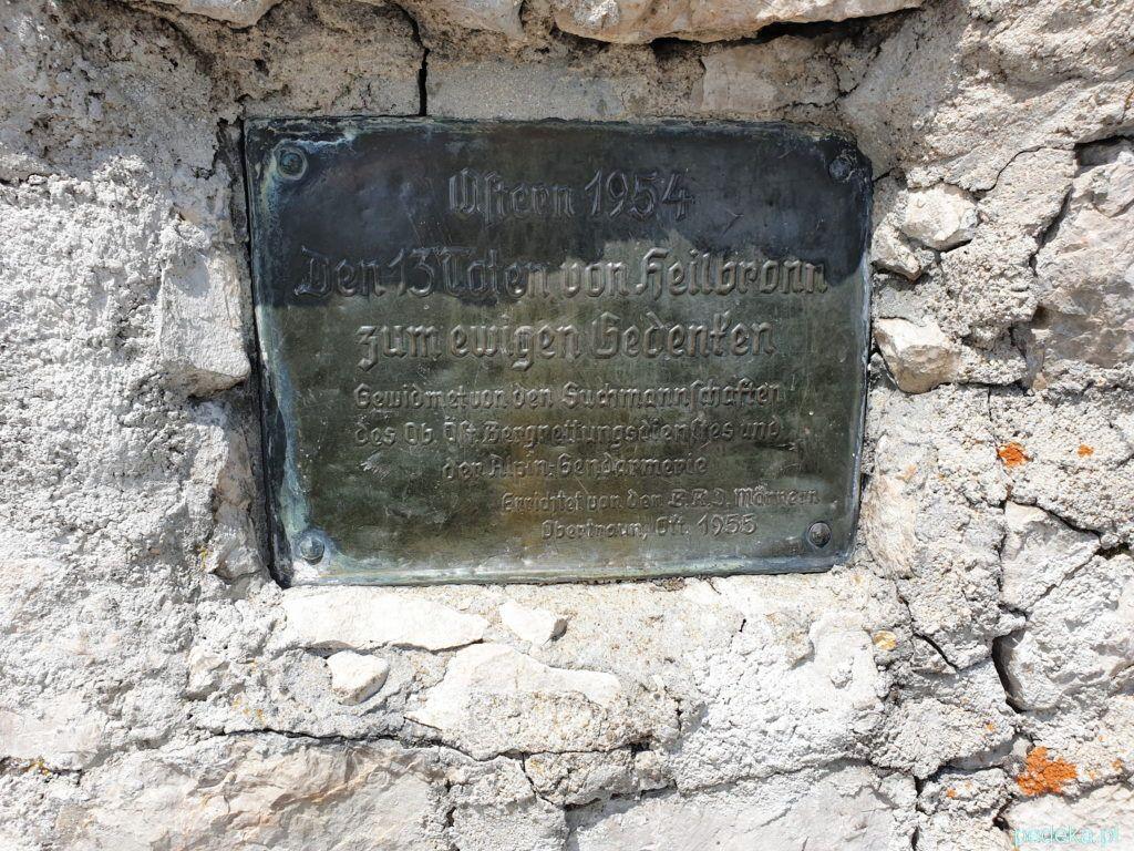 Dachstein Krippenstein. Tablica na krzyżu upamiętniającym tragedię