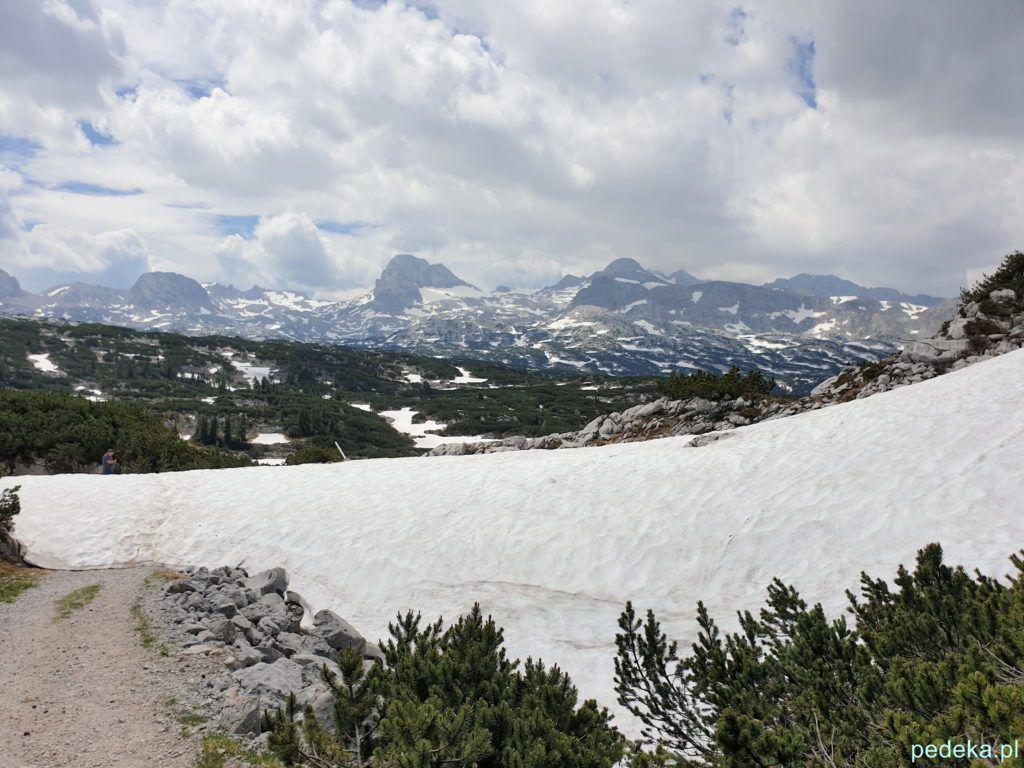 Na śniegu widać ślady stóp, tam biegła nasza trasa