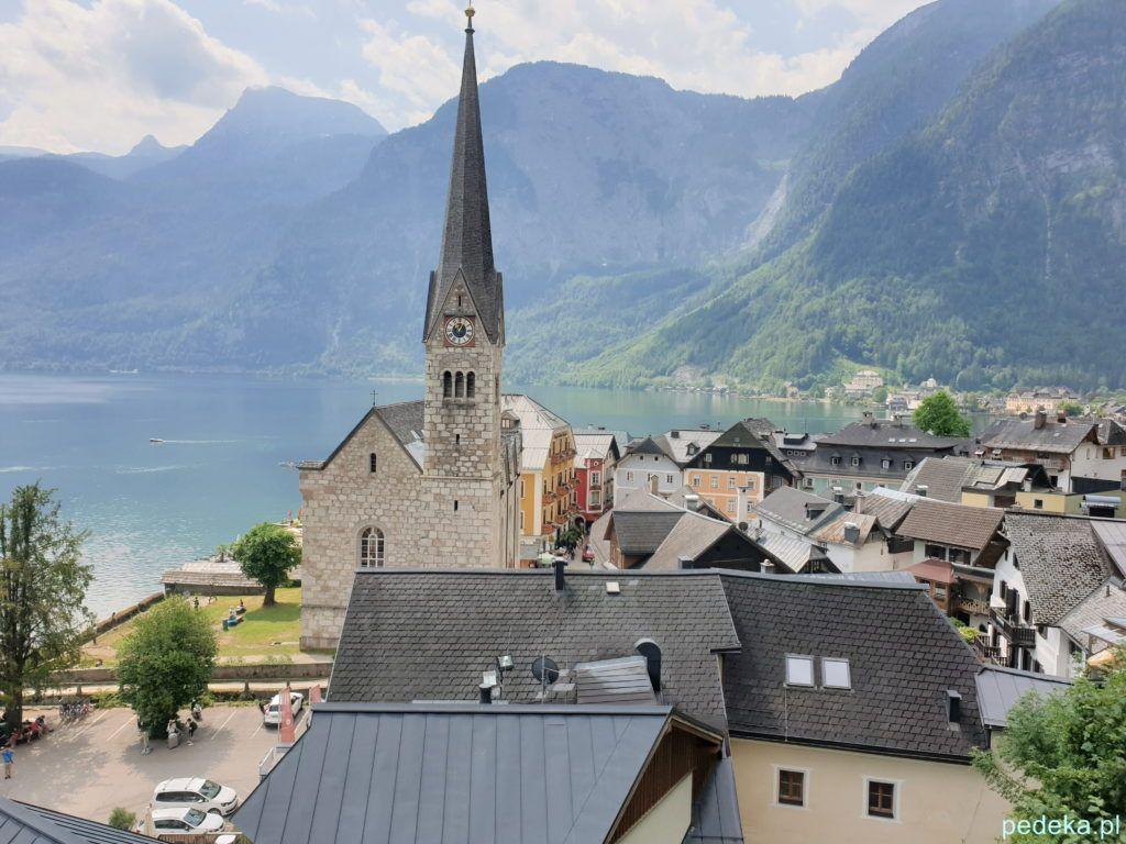 Hallstatt. Widok ze wzgórza, na pierwszym planie kościół protestancki