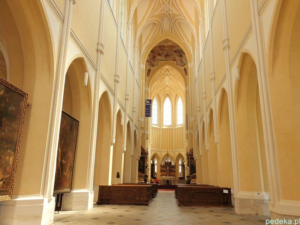 Puste wnętrze katedry