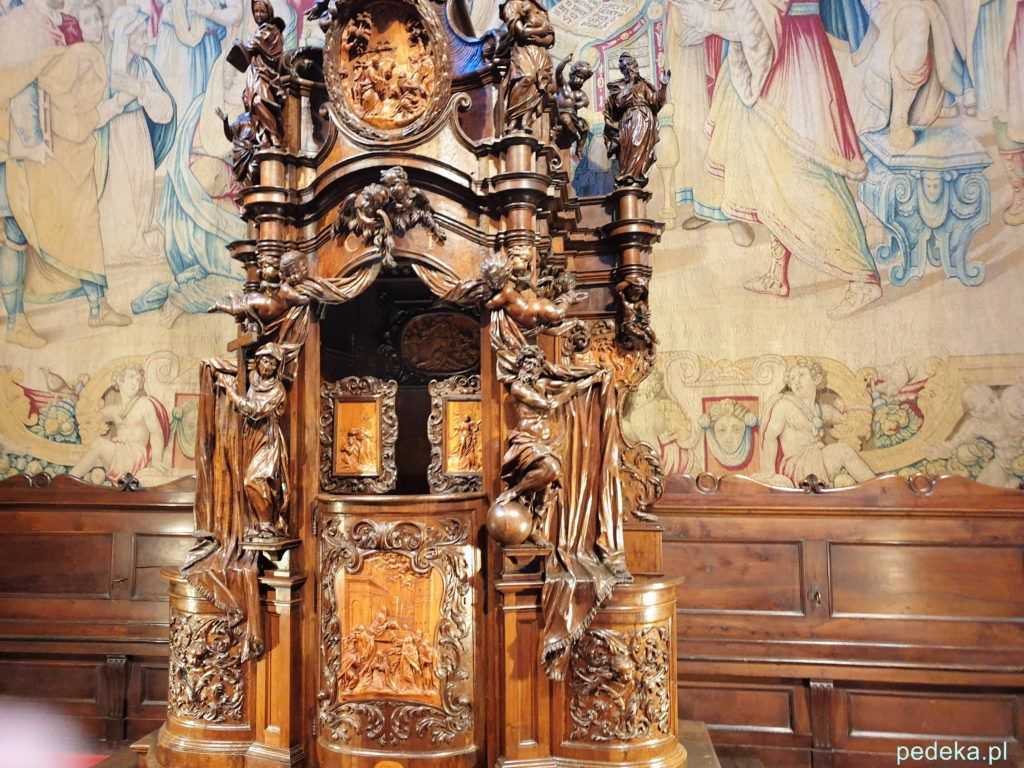 Ozdobny konfesjonał, a z tyłu arras