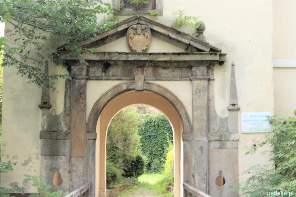Dwór obronny w Modliszewicach, brama wejściowa
