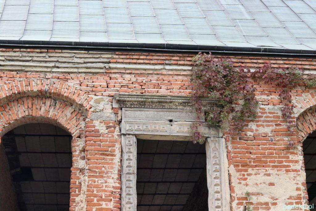 Drzwi z zachowaną inskrypcją łacińską
