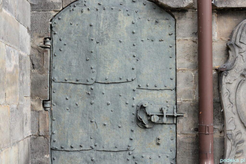 Końskie. Oryginalne drzwi w kościele św. Mikołaja