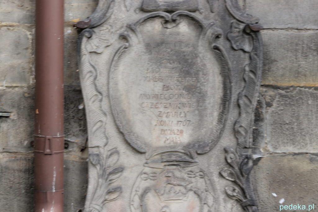 Końskie. Stara tablica nagrobna na kościele św. Mikołaja