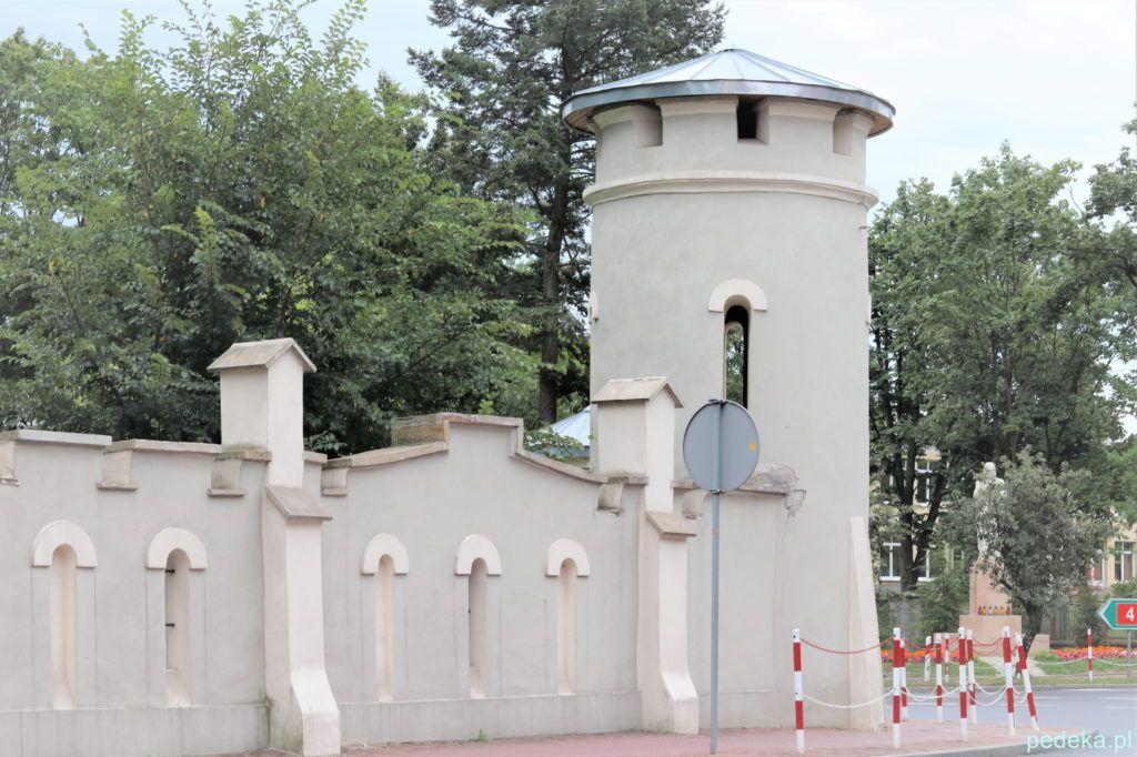 Ogrodzenie parku z basztą