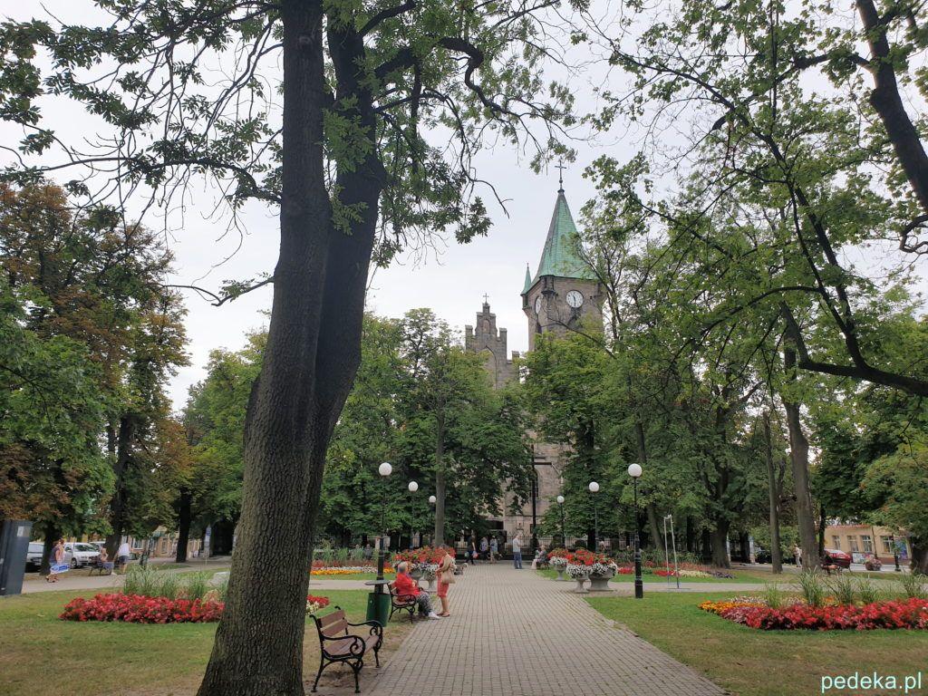Końskie. Kościół św. Mikołaja widziany z parku
