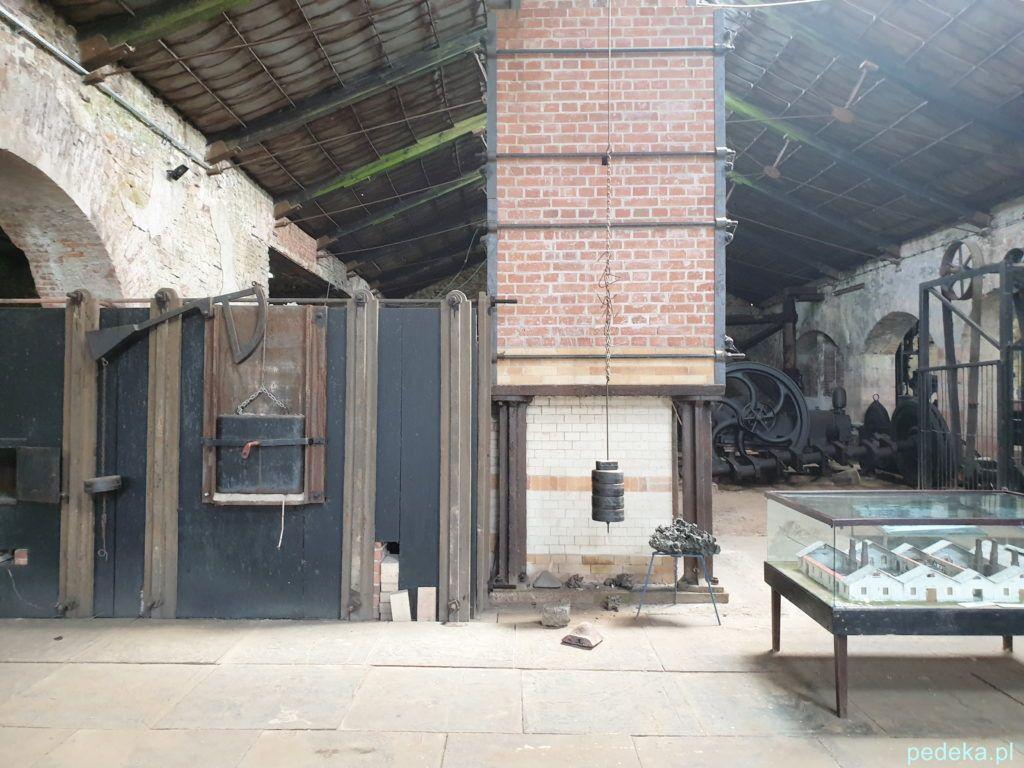 Sielpia. Wewnątrz muzeum, na pierwszym planie wielki piec