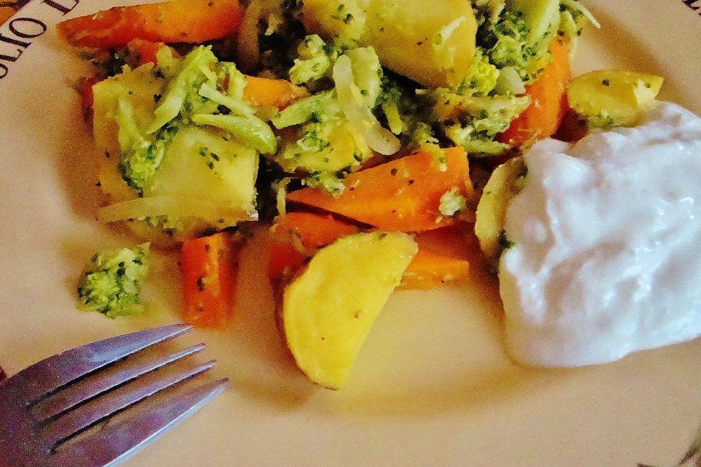 Ziemniaki, warzywa i kefir i danie gotowe