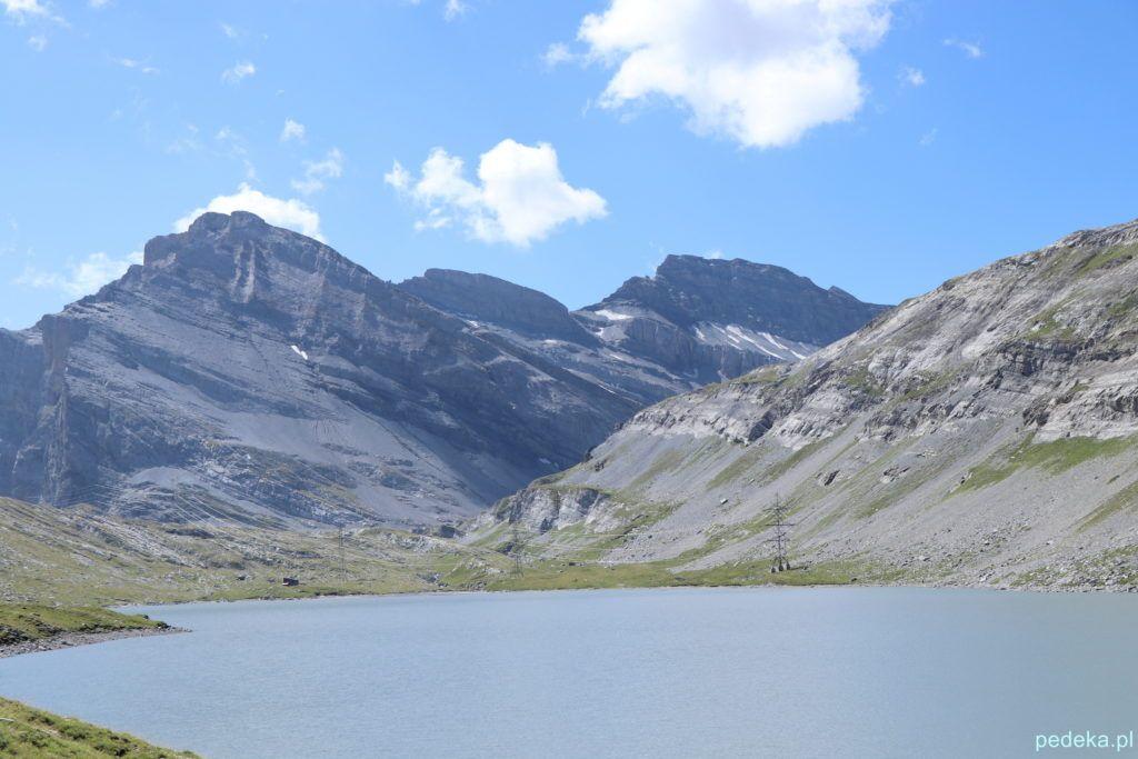 Szare jezioro otoczone górami