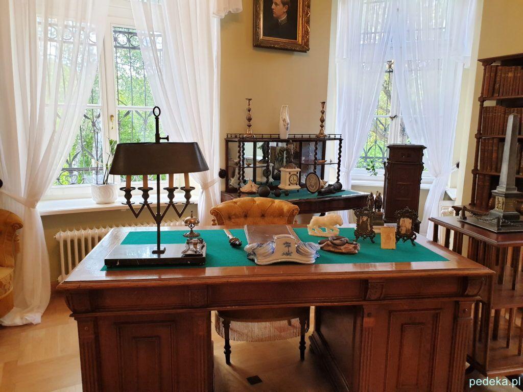 Gabinet pisarza, z biurkiem na pierwszym planie