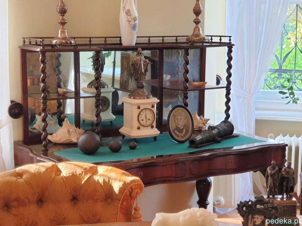 Na małym biurku zdjęcie pierwszej, ukochanej żony pisarza i prezenty, które otrzymał od czytelników