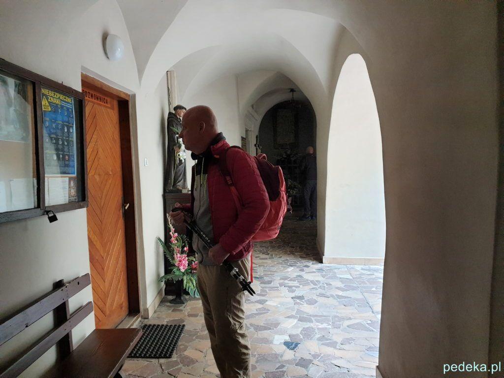 Marcin przed wejściem do kościoła