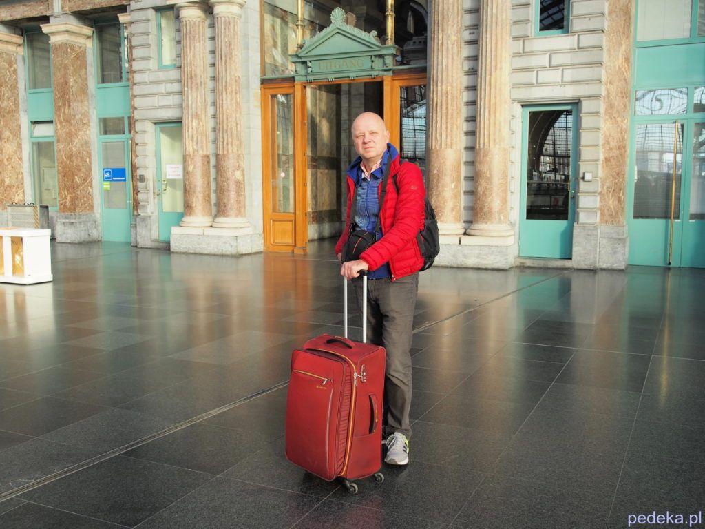 Jak samodzielnie zorganizować wyjazd?http://pedeMarcin z walizką na dworcu kolejowym w Antwerpii