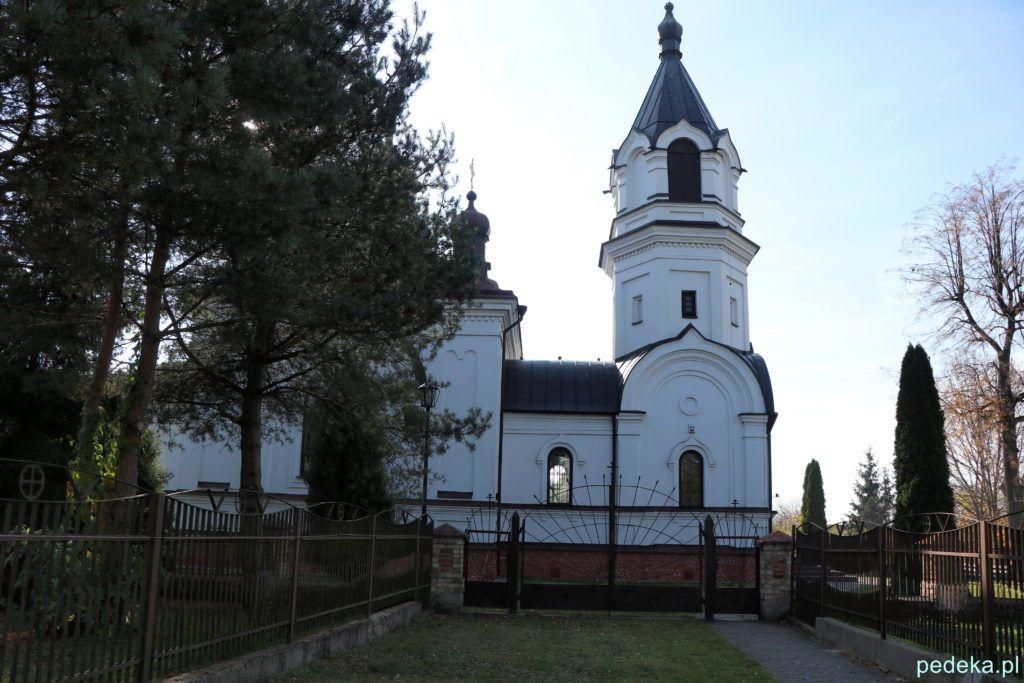 Cerkiew w Choroszczy zza zamkniętej bramy