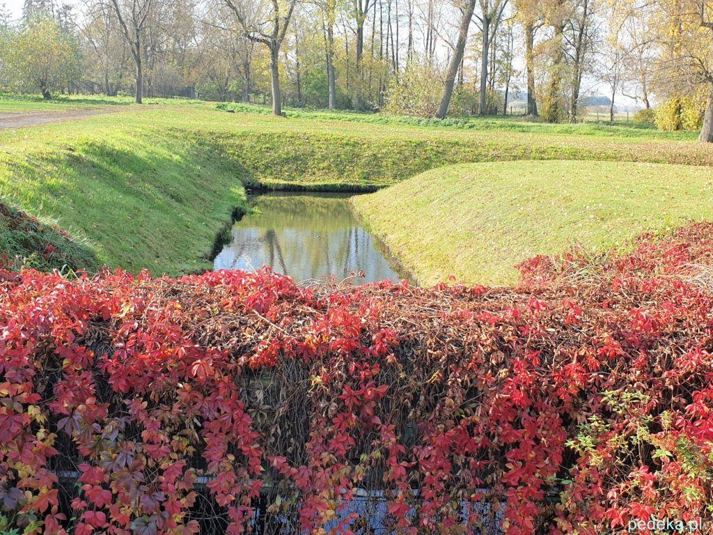 Pałac w Choroszczy. Widok z mostku na kanał