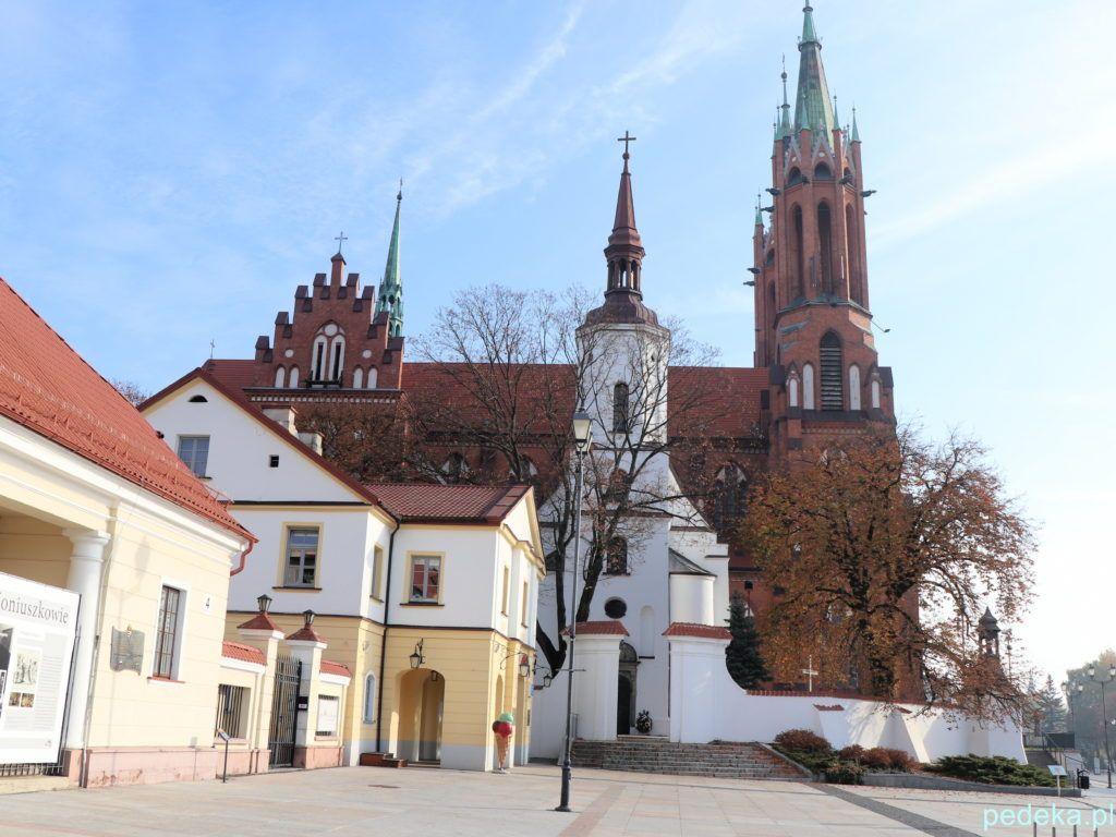 Białystok. Z przodu biały, stary kościół, z tyłu katedra