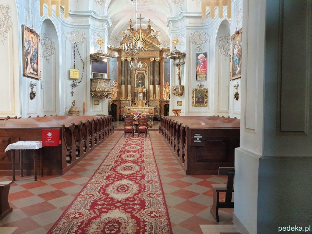 Wnętrze kościoła, zdjęcia zrobione przez szybę w drzwiach