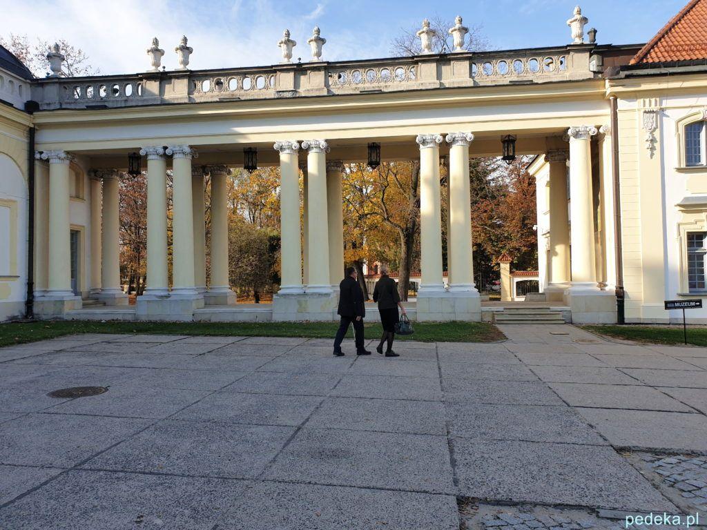 Białystok. Na pałacowym dziedzińcu