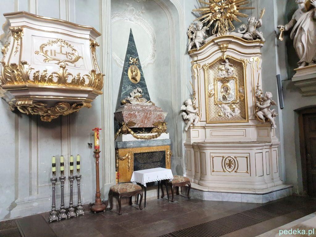 Białystok. Stary kościół, nagrobek po lewej stronie z sercem Jana Klemensa Branickiego