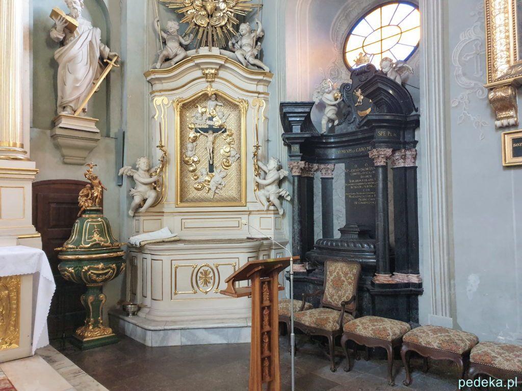 Białystok. Wnętrze starego kościoła z drugim nagrobkiem