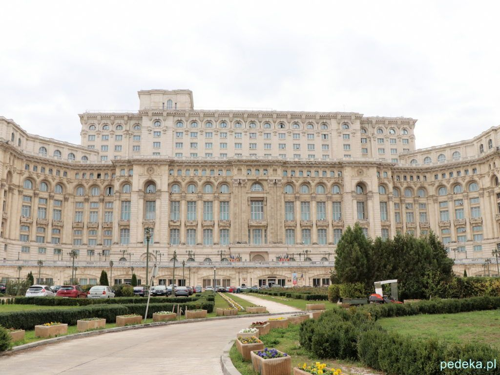 Bukareszt zwiedzanie parlamentu. Z tej strony wchodzą turyści