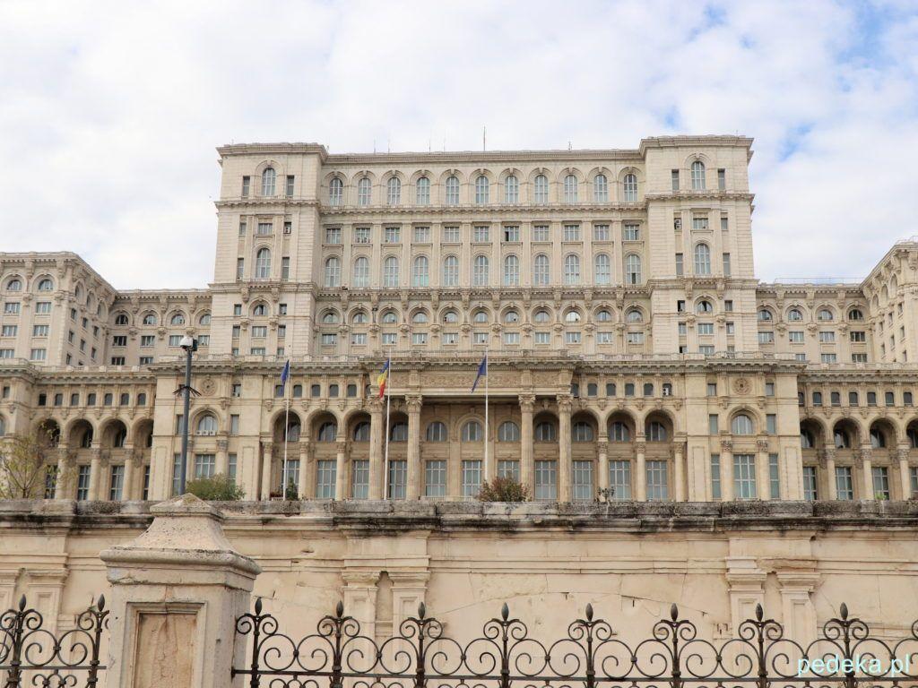 Bukareszt zwiedzanie parlamentu. Budynek od frontu