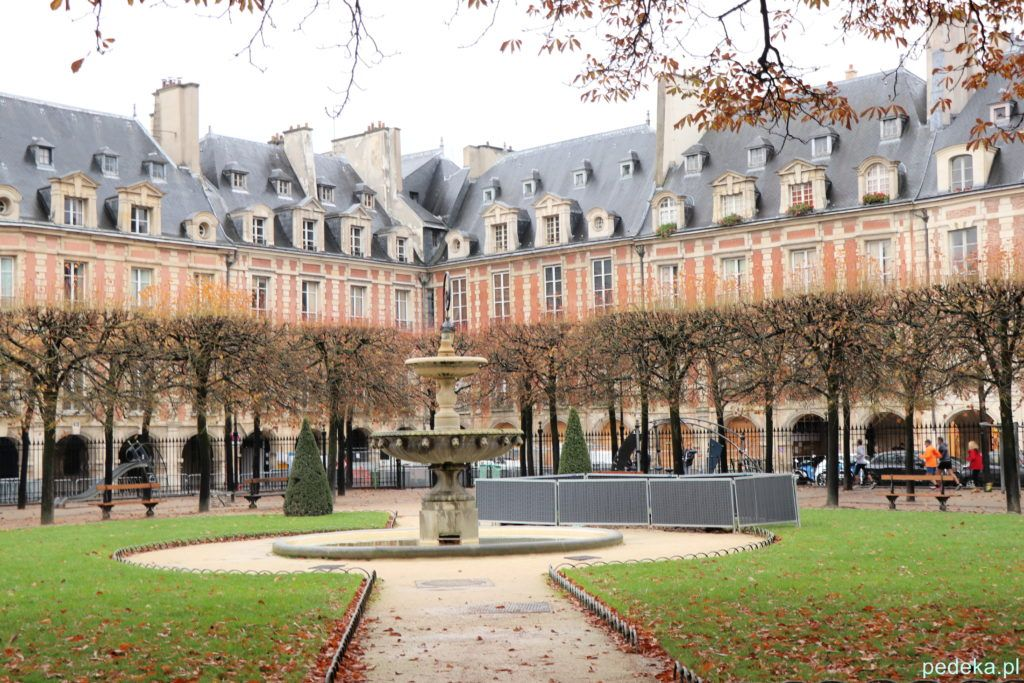Paryż Le Marais. Plac Wogezów, jedna z czterech fontann