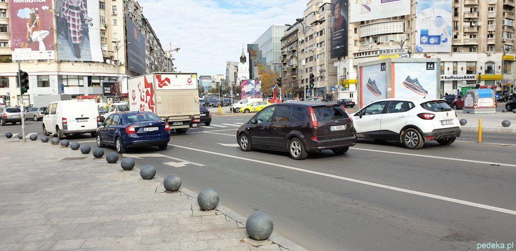 Bukareszt zwiedzanie parlamentu. Ulica pełna samochodów