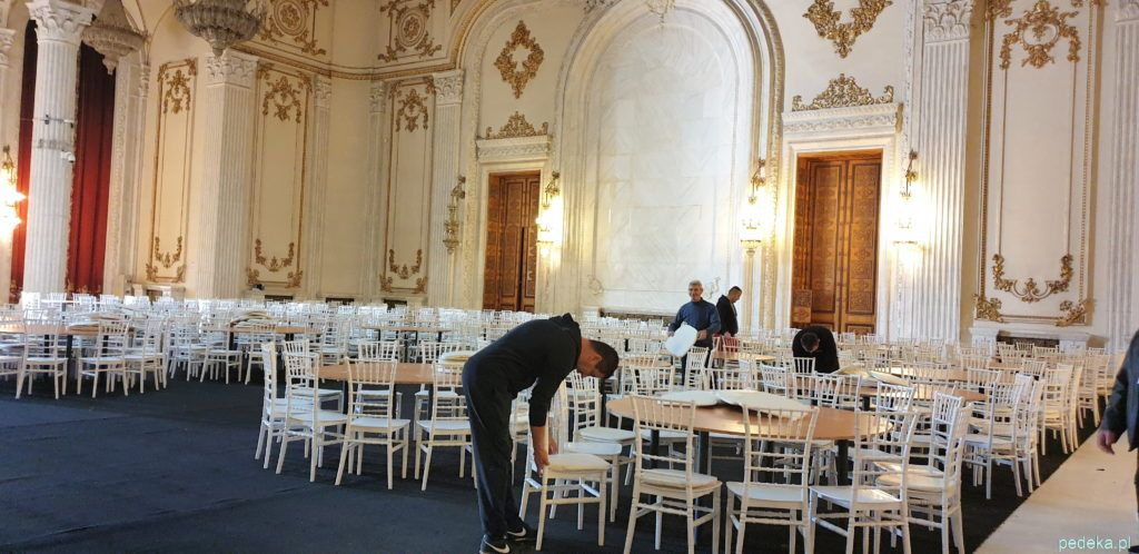 Bukareszt zwiedzanie parlamentu. Przygotowania do kolacji, z tyłu wielkie miejsce na portret