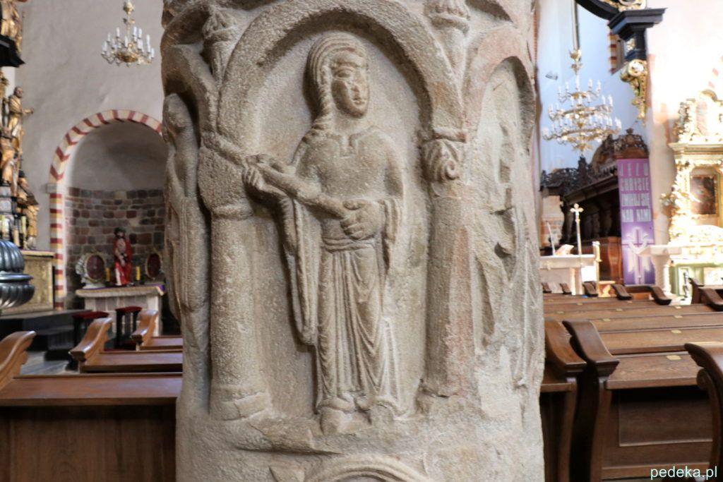Rok 2019. Romańska kolumna w kościele w Strzelnie