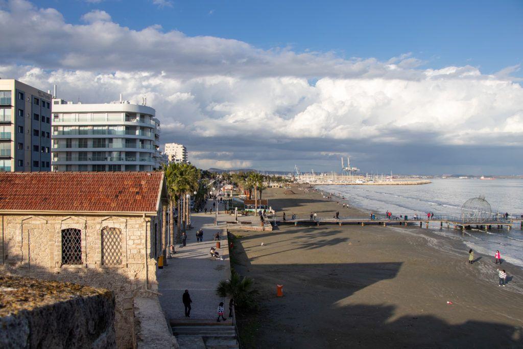 Larnaka. Widok z zamku na jedną część promenady