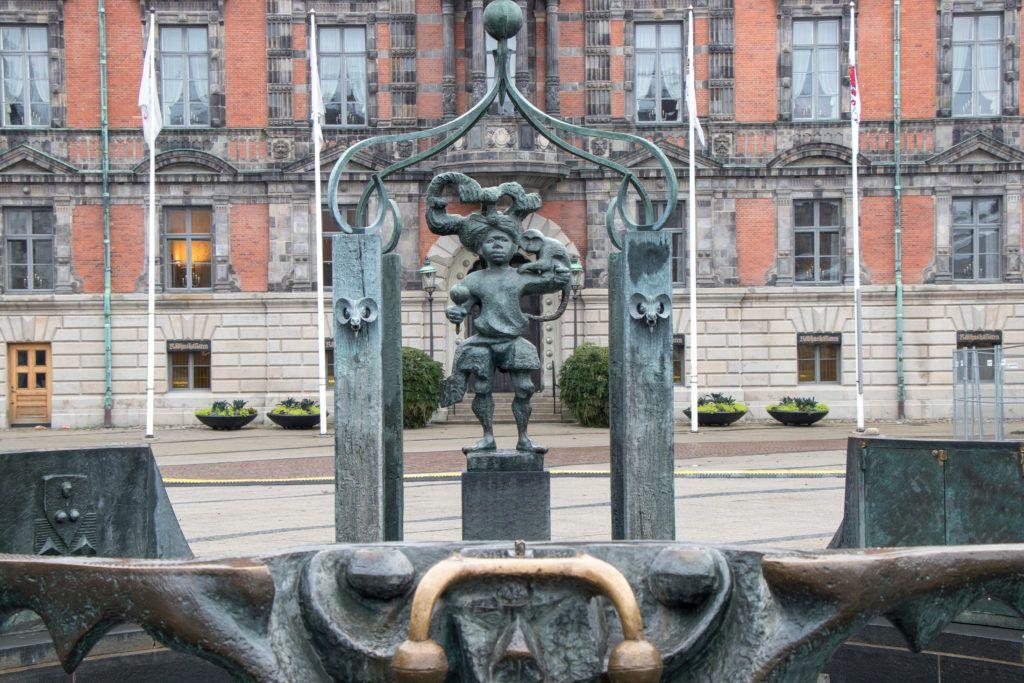 Malmö. Fontanna przed ratuszem