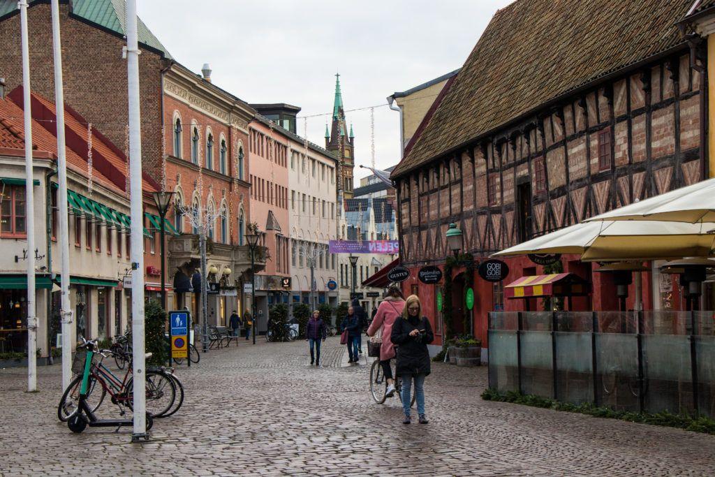 Ulica, a na jej końcu wieża kościoła