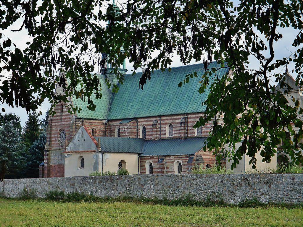 Weekend w Górach Świętokrzyskich. Wąchock. Opactwo, widok od strony kościoła