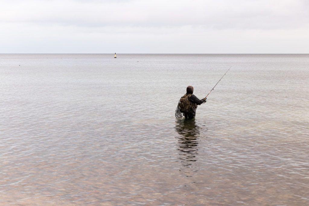 Gdynia Orłowo. Wędkarz w wodzie