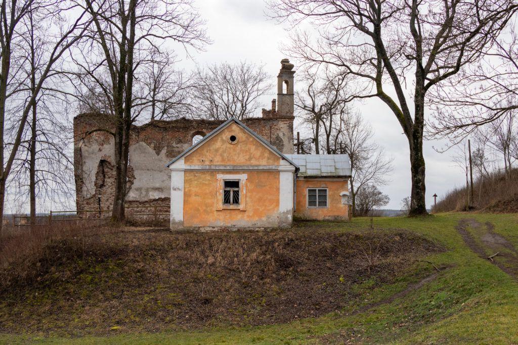 Dawna plebania i ruiny kościoła