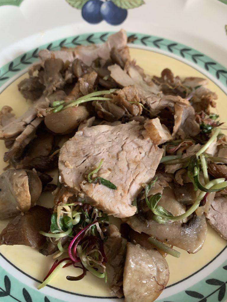Wieprzowina z grzybami - potrawa na talerzu